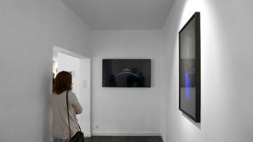 'Inertia' (on flatscreen) and 'Curtain', 'Impact van het hoogst onwaarschijnlijke', Black Swan Gallery, Brugge. Curated by Els Wuyts. 2018. Alexandra Crouwers.